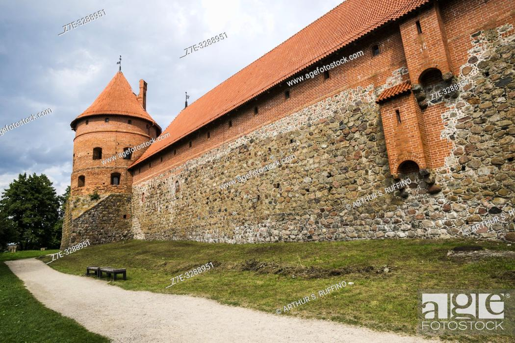 Imagen: Defense tower and forecastle wall. Trakai Island Castle, Lake Galve, Trakai, Lithuania, Baltic States, Europe.