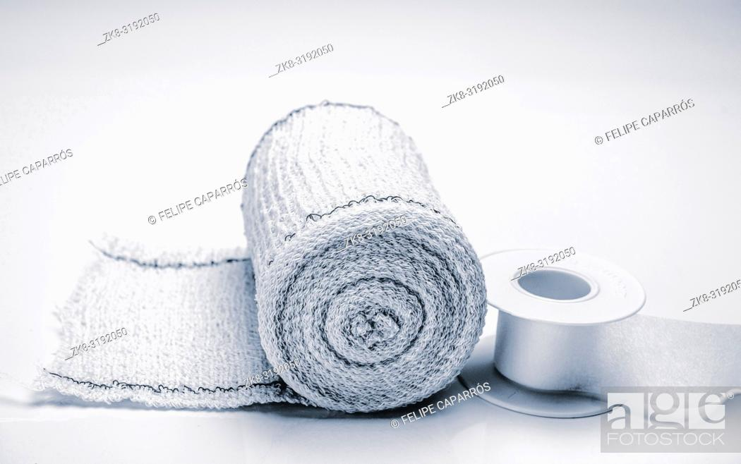 Imagen: Bandage roll and isolated plaster on white background, conceptual image.