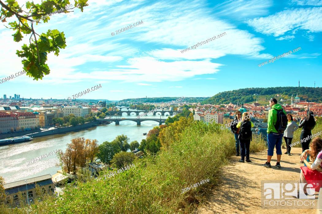 Stock Photo: Touristen auf dem Hügel des Letna-Parks genießen den Ausblick auf Prag.