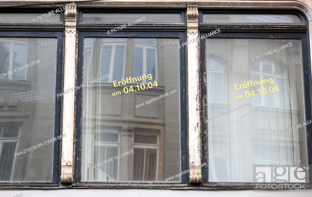 Imagen: 26 January 2021, Saxony-Anhalt, Halle (Saale): Stickers on a window indicate a planned opening on 04.10.2004. Photo: Jan Woitas/dpa-Zentralbild/dpa.