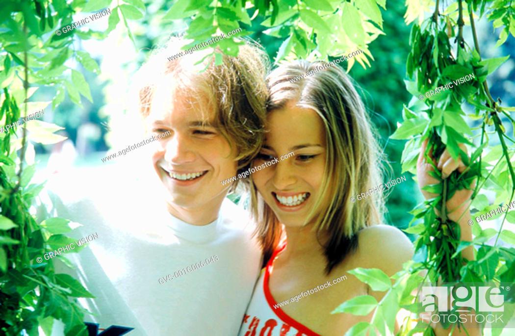 Imagen: Young couple in a garden.