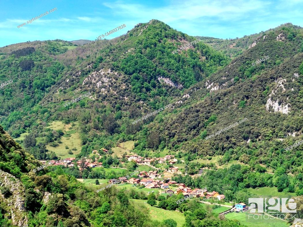 Imagen: Villanueva village seen from Las Xanas canyon trail, Proaza, Asturias, Spain.