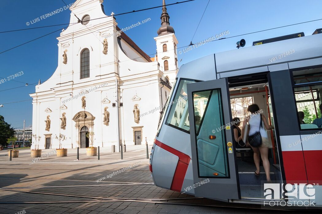 Imagen: Tram and passengers by St. Thomas church at Moravian Square. Brno, Czech Republic.