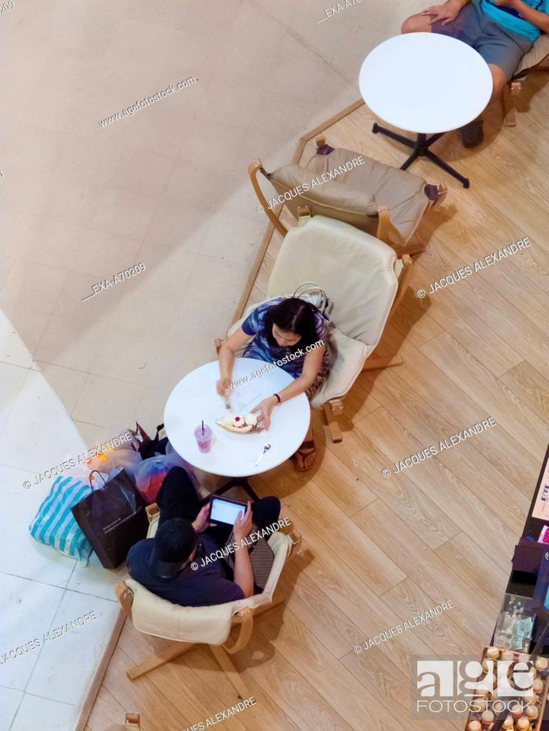Imagen: Couple sitting in cafe without communication.