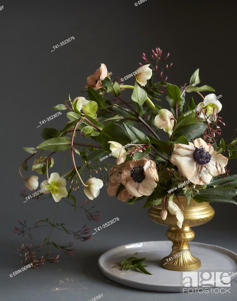 Photo de stock: A romantic still life of a bouquet of flowers, including anemone and hellebore.