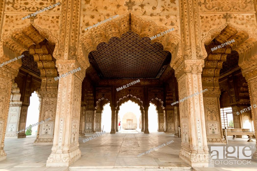 Imagen: Ornate pillars and arches in Indian building.