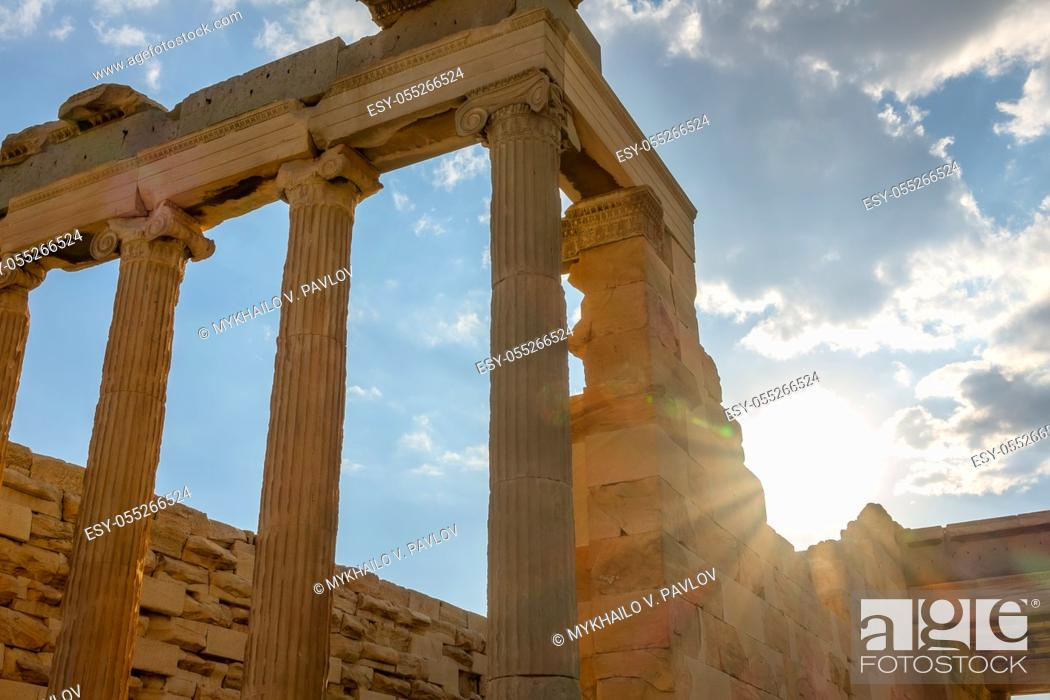 Imagen: Greece. Athens. Part of the facade of an ancient temple and the sunbeams.