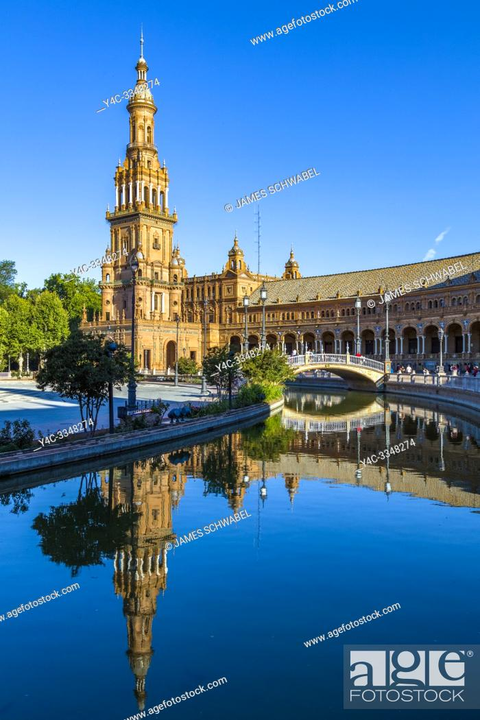 Imagen: Reflection in water at the Plaza de Espana or Spain Square in Maria Luisa Park in Seville, Andalusia, Spain.