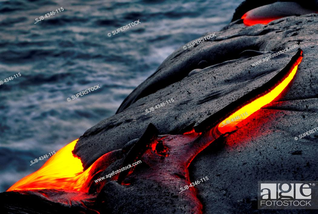 Imagen: A River of Glowing Hot Pahoehoe Lava Flowing Towards the Ocean.