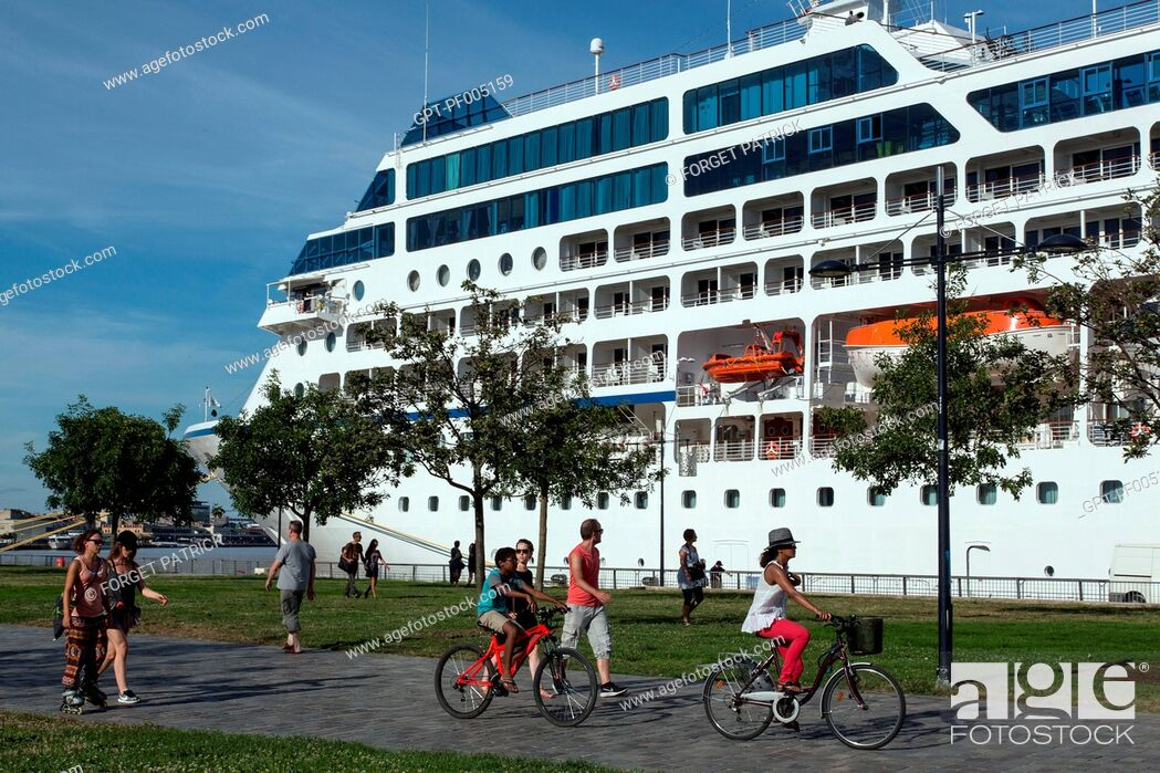 Stock Photo: STROLLING AND CYCLING IN FRONT OF A CRUISE SHIP, LES CHARTRONS QUAY, CITY OF BORDEAUX, GIRONDE (33), FRANCE.