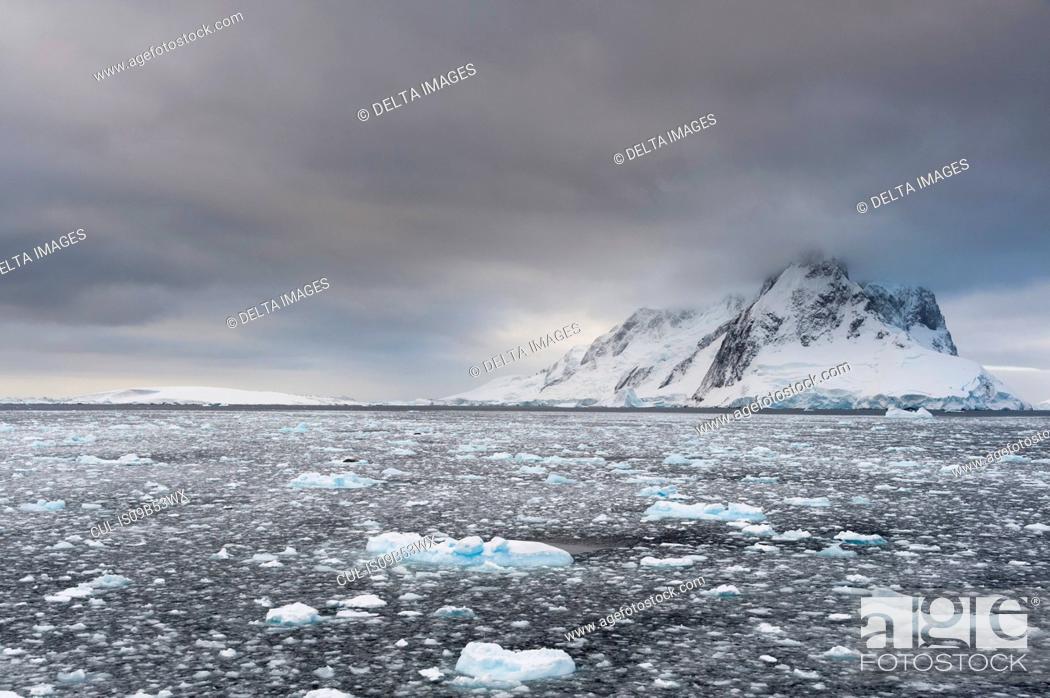 Imagen: Ocean and grey sky, Lemaire channel, Antarctica.