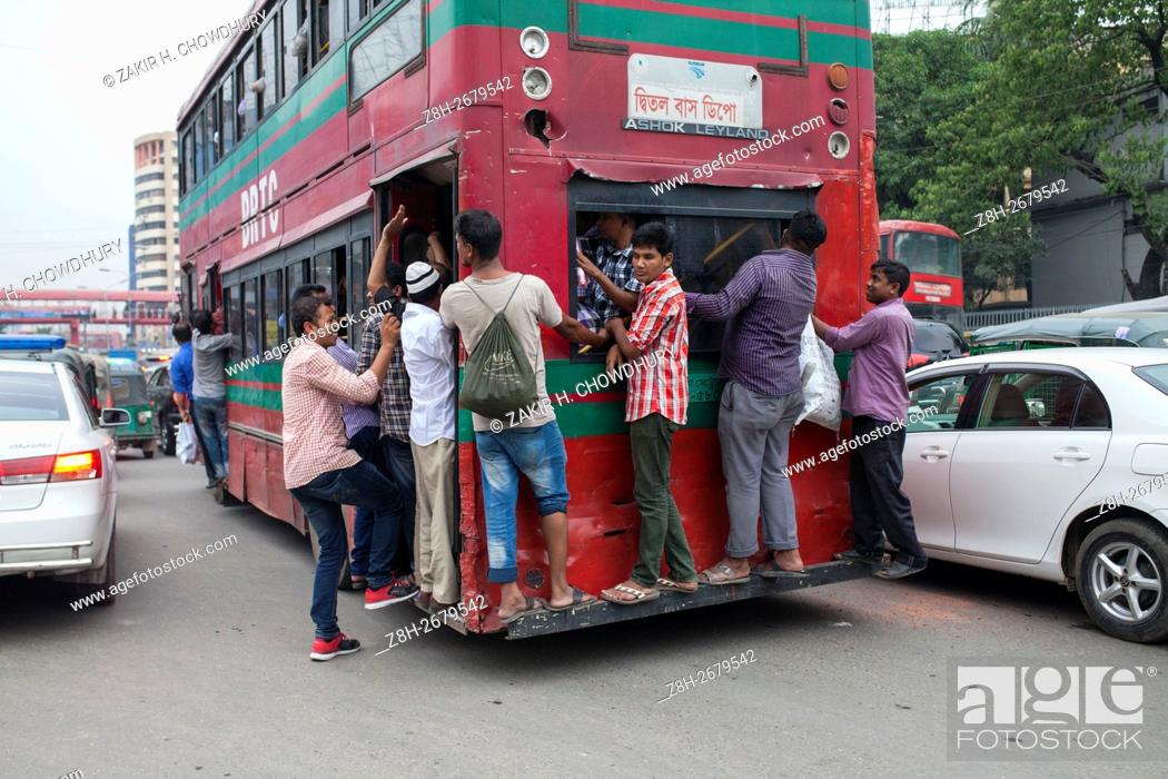 Imagen: DHAKA, BANGLADESH - JUNE 12 : People hang on to an overcrowded bus to travel home, as others wait for transport ahead of Iftar.