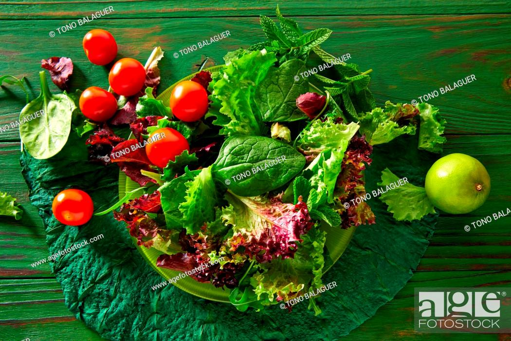 Photo de stock: Green salad with spinach lettuce tomatoes feta cheese on monochrome wood.