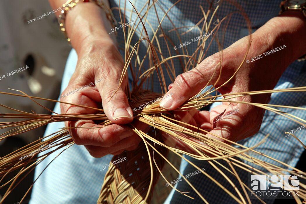 Imagen: Woman hands with esparto weaving manually.