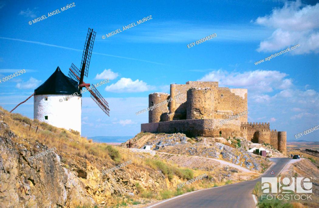 Photo de stock: Windmill and Castillo de los Caballeros de San Juan de Jerusalén (12nd Century). Consuegra. La Mancha. Spain.