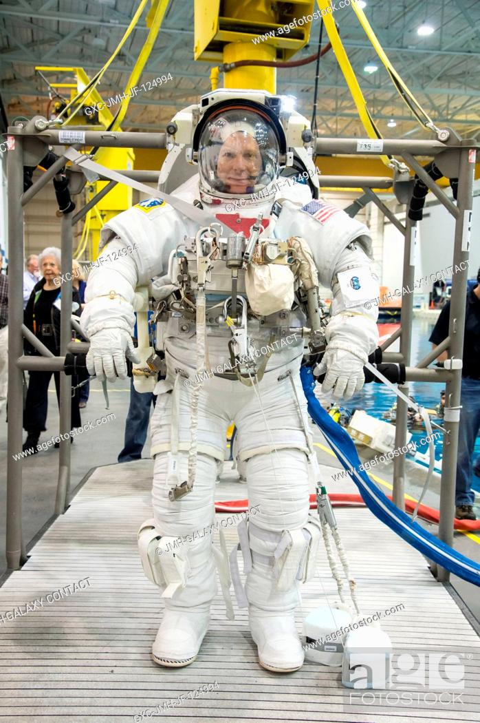 Imagen: NASA astronaut Terry Virts, Expedition 4243 flight engineer, attired in a training version of his Extravehicular Mobility Unit (EMU) spacesuit.