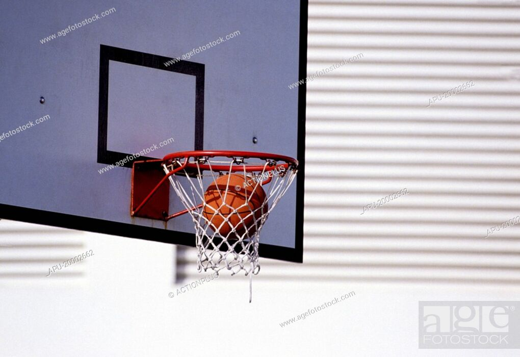 Imagen: Basketball dropping into the net.