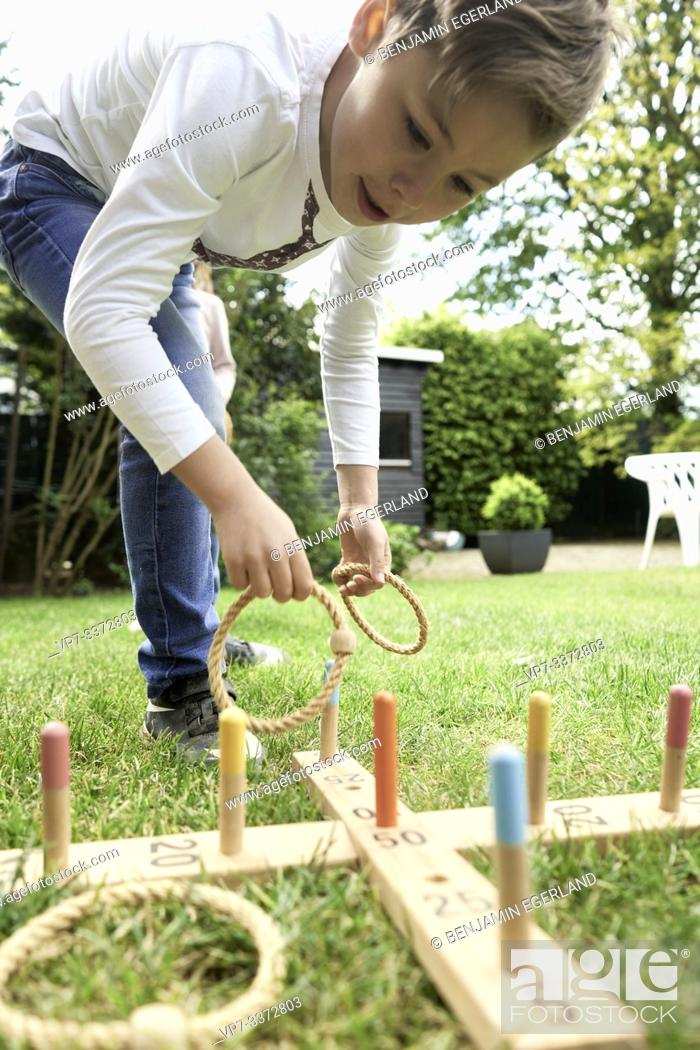 Imagen: Kids playing game in garden.