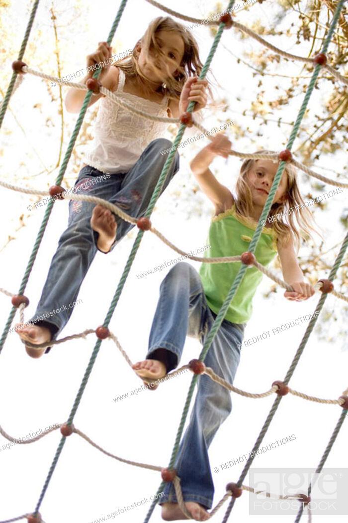 Imagen: Children on rope climbing frame.