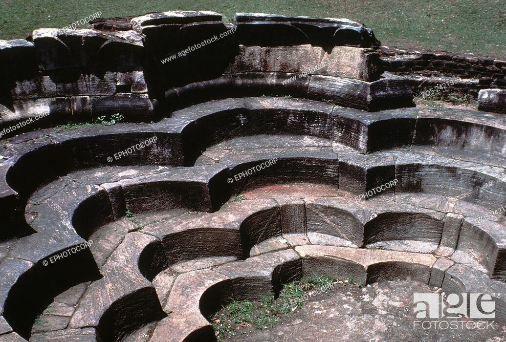 Imagen: Ancient architecture. Interior of the Lotus bath. Polonnaruva, Sri Lanka.