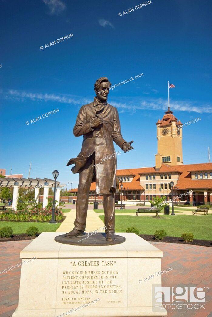 Stock Photo: USA Illinois Union Station Square Abraham Lincoln Statue.
