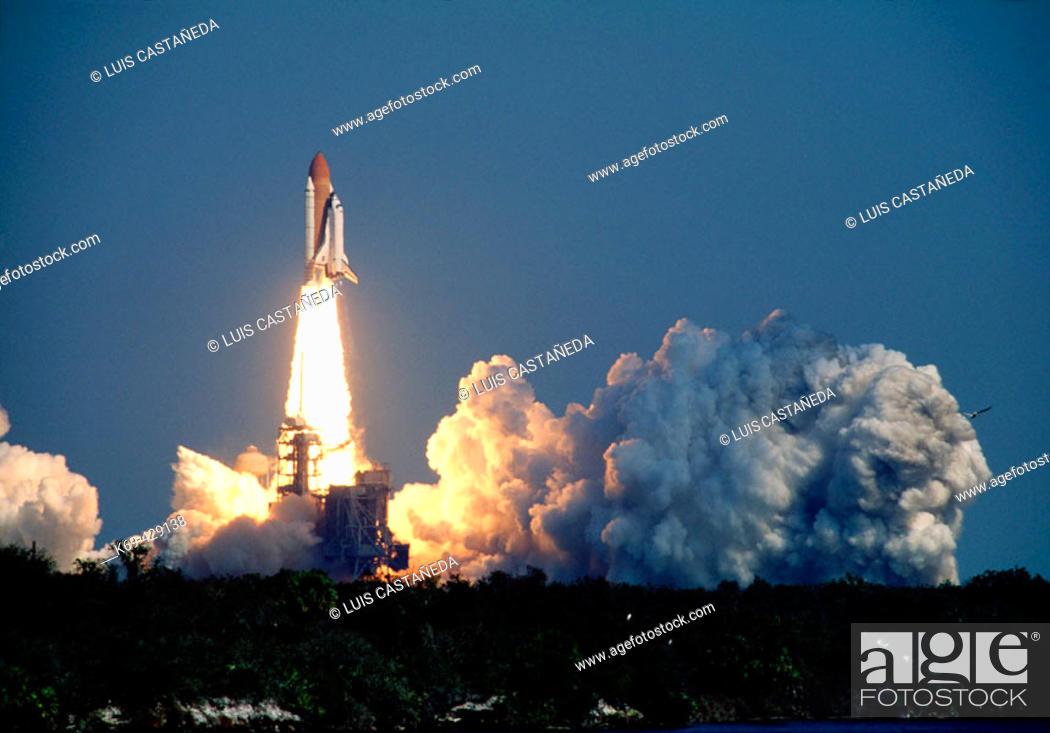 Shuttle Endeavour. Lift-off. (...