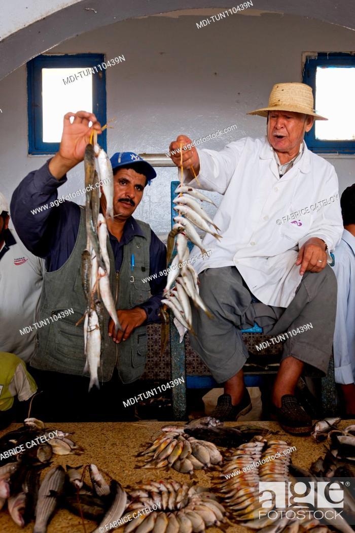 Imagen: Tunisia - Jerba - Hount-Souk - Hawker selling on the fish market.