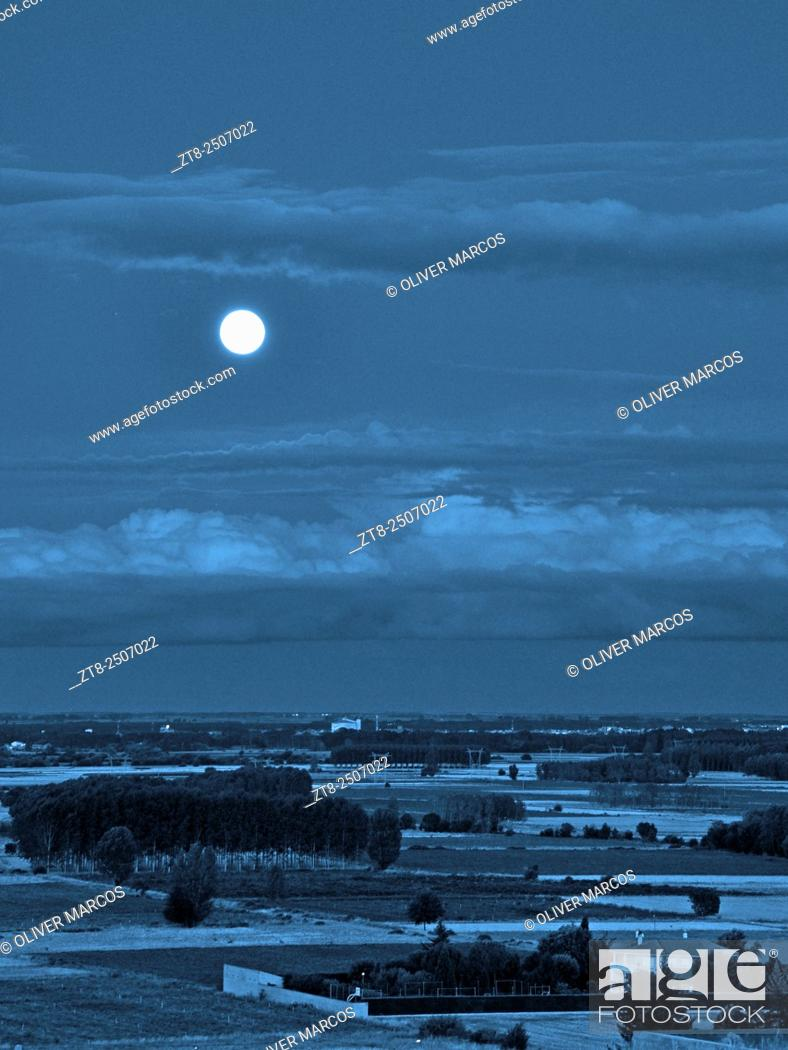 Imagen: Blue Moon, Leon province, Spain. They call Blue Moon (Blue Moon English translation) to the second full moon occurring during the same month of the Gregorian.