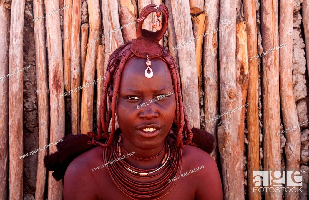 Imagen: Namibia Africa remote nomadic Himba tribe young women with braids and traditional dress in desert of Hartmann Berge in Namib Desert.