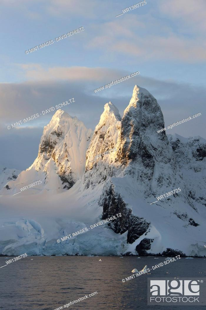 Imagen: Sunrise on the mountain tops at the north entrance to the Lemaire Channel along the Antarctic Peninsula.