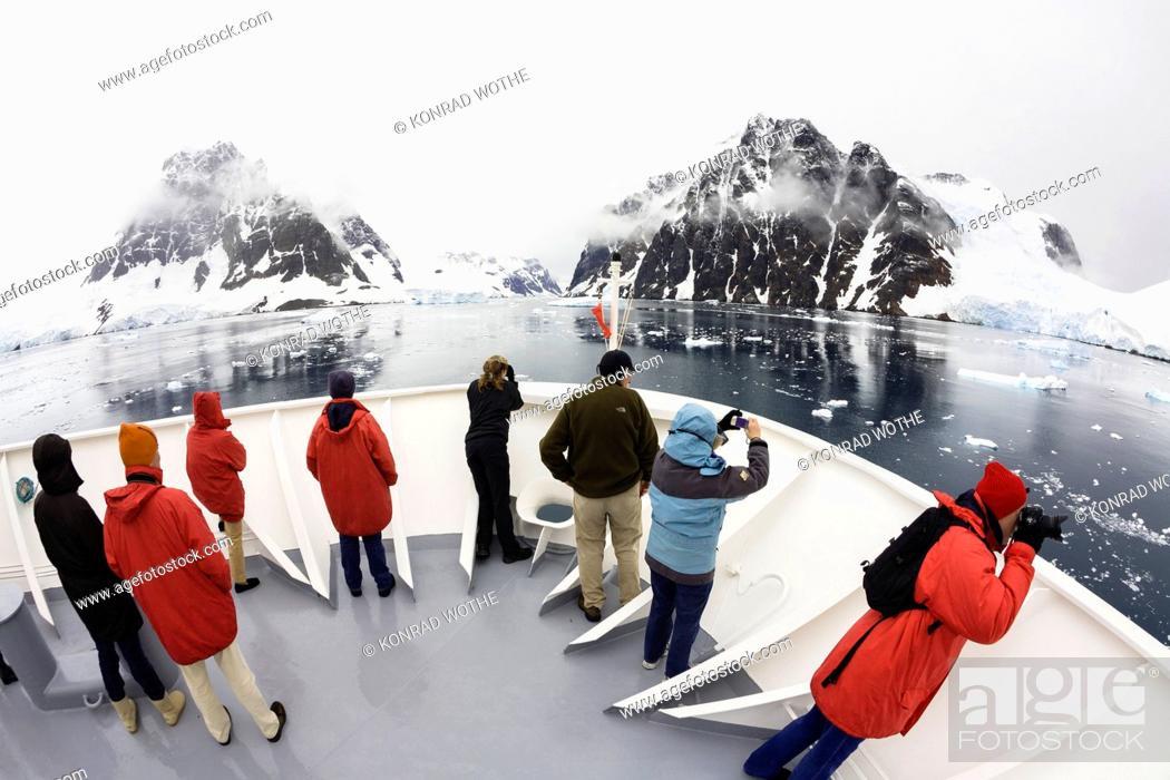 Imagen: Cruiseship in Lemaire Channel, Graham Land, Antarctic Peninsula, Antarktica.