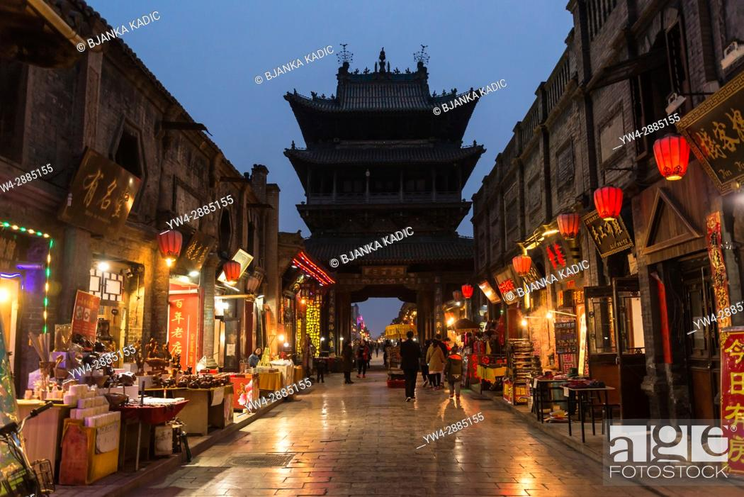 Imagen: Street and Central City Watch Tower at night, Pingyao, Shanxi province, China.