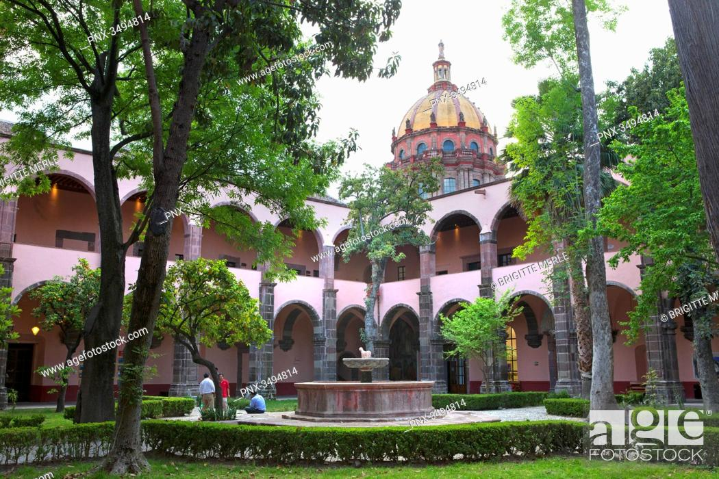 Photo de stock: Mexico, State of Guanajuato, San Miguel de Allende, Patio of the Cultural Center El Nicromante, old cloister, Fine arts.