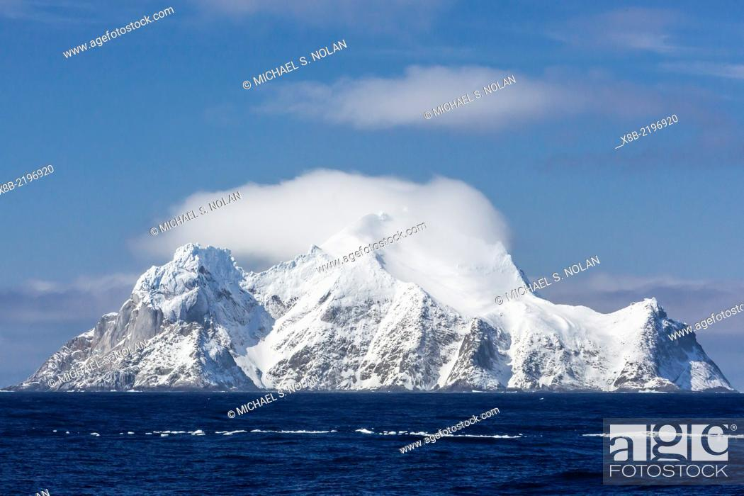 Imagen: Clouds forming over Clarence Island as seen from Elephant Island, South Shetland Islands, Antarctica.