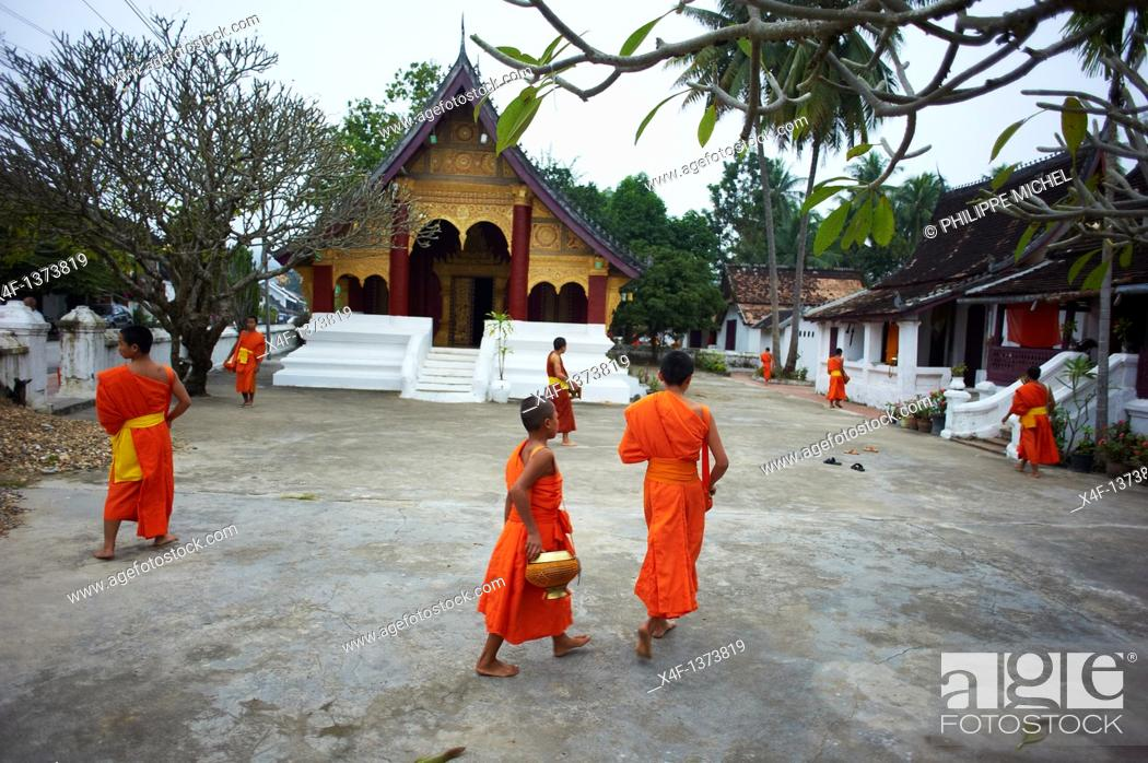 Stock Photo: Laos, Province of Luang Prabang, city of Luang Prabang, World heritage of UNESCO since 1995, Buddhist monks procession receive offerings.