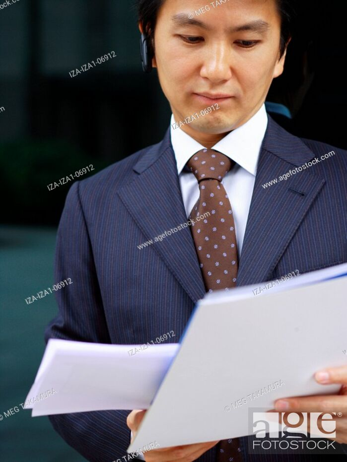 Imagen: Close-up of a businessman reading documents.
