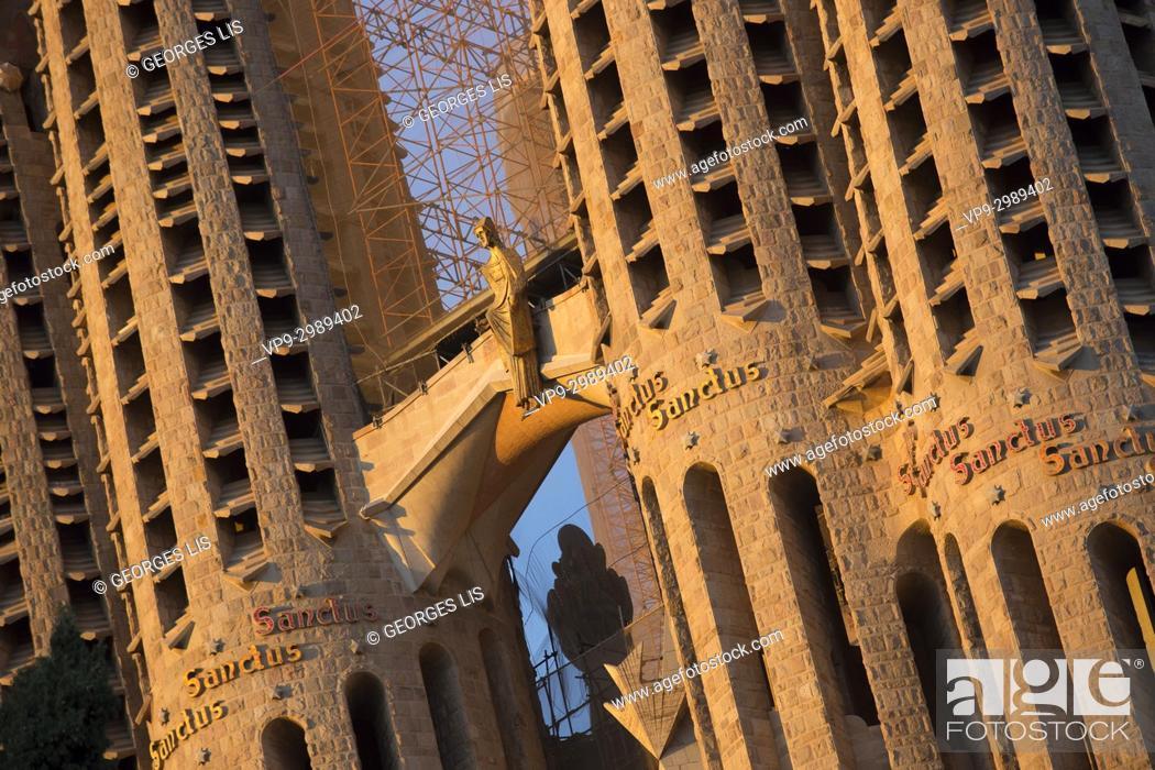 Imagen: Close up of détails on Sagrada Familia church tower.