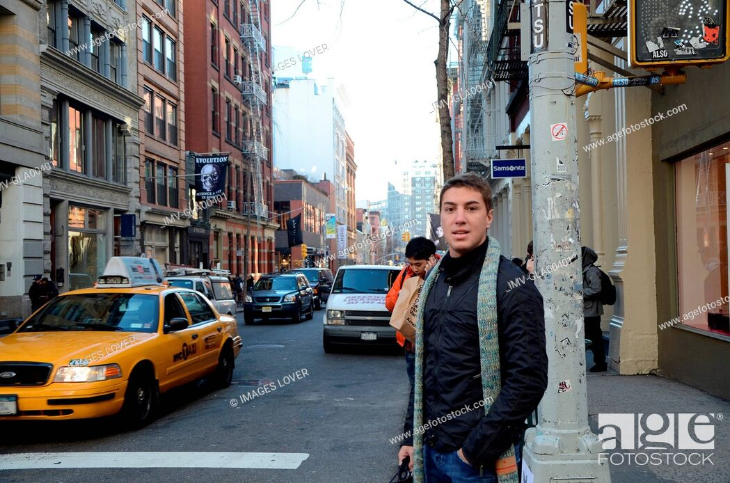 Imagen: Young Man walking on streets of Greenwich Village, New York, USA.