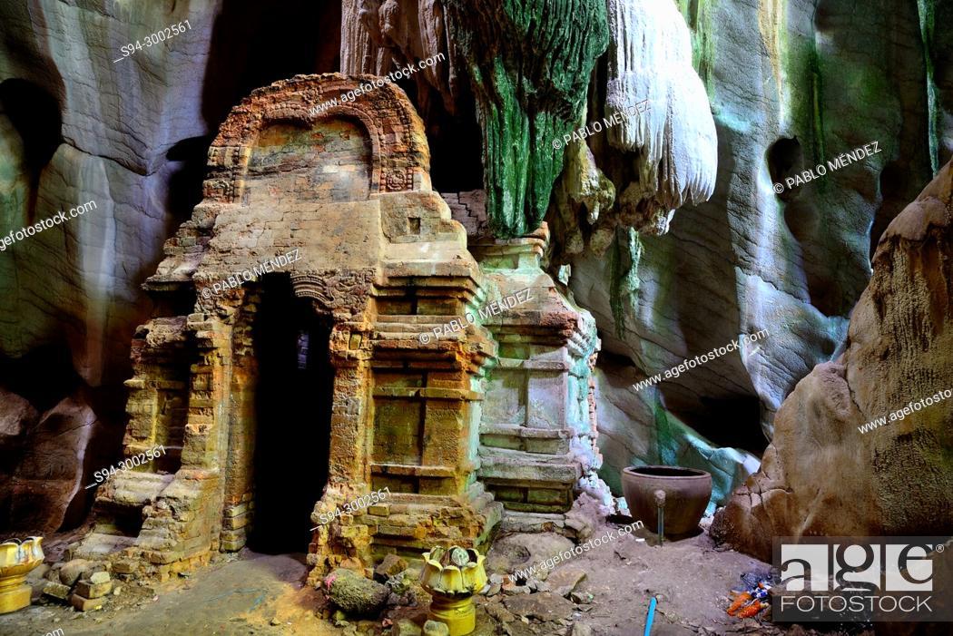 Imagen: Pre-Angkorian prasat in Phnom Chhngok cave, Kampot province, Cambodia.