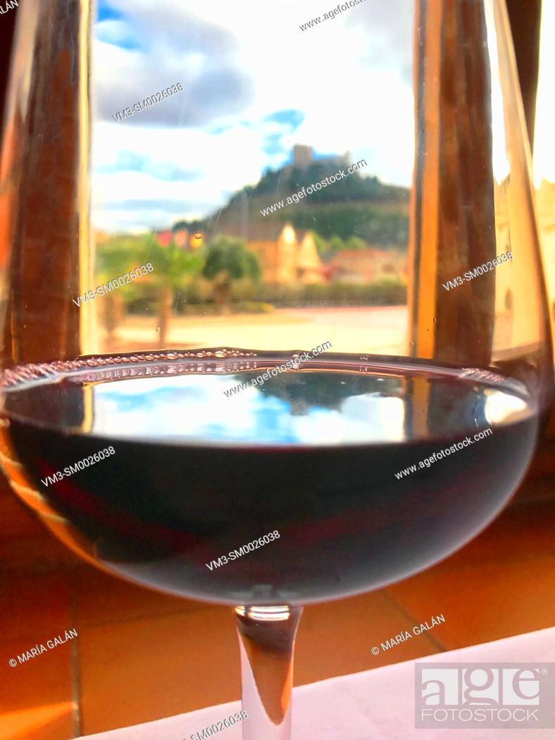 Imagen: Peñafiel castle viewed through a glass of Ribera del Duero wine.