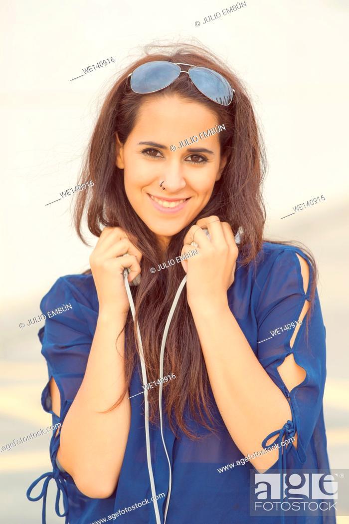 Photo de stock: modern girl with headphones and sunglasses.