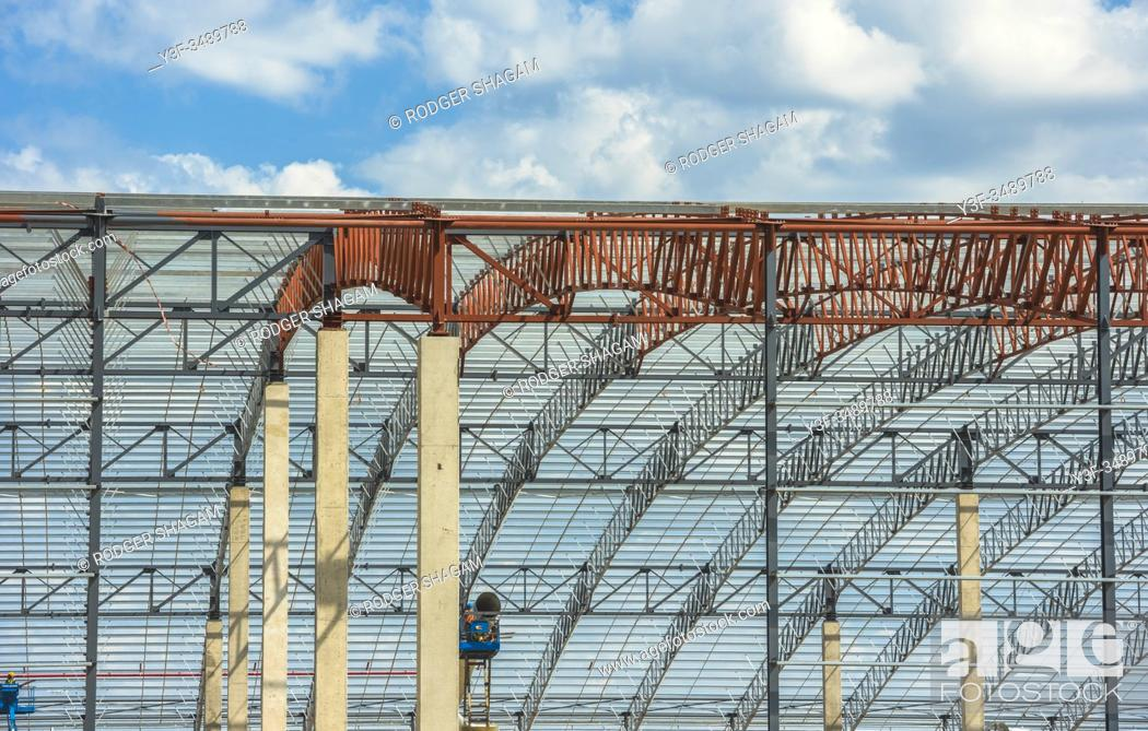 Imagen: Steel framework of a warehouse under construction. Cape Town, South Africa.