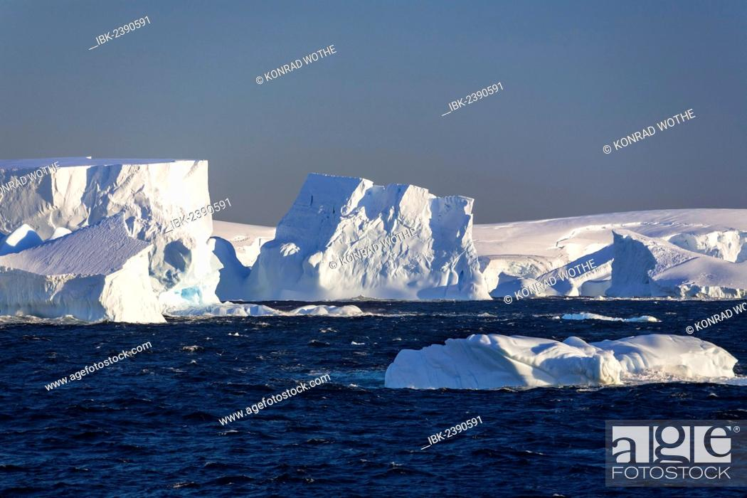 Imagen: Icebergs off the Antarctic Peninsula, Southern Ocean, Antarctica.