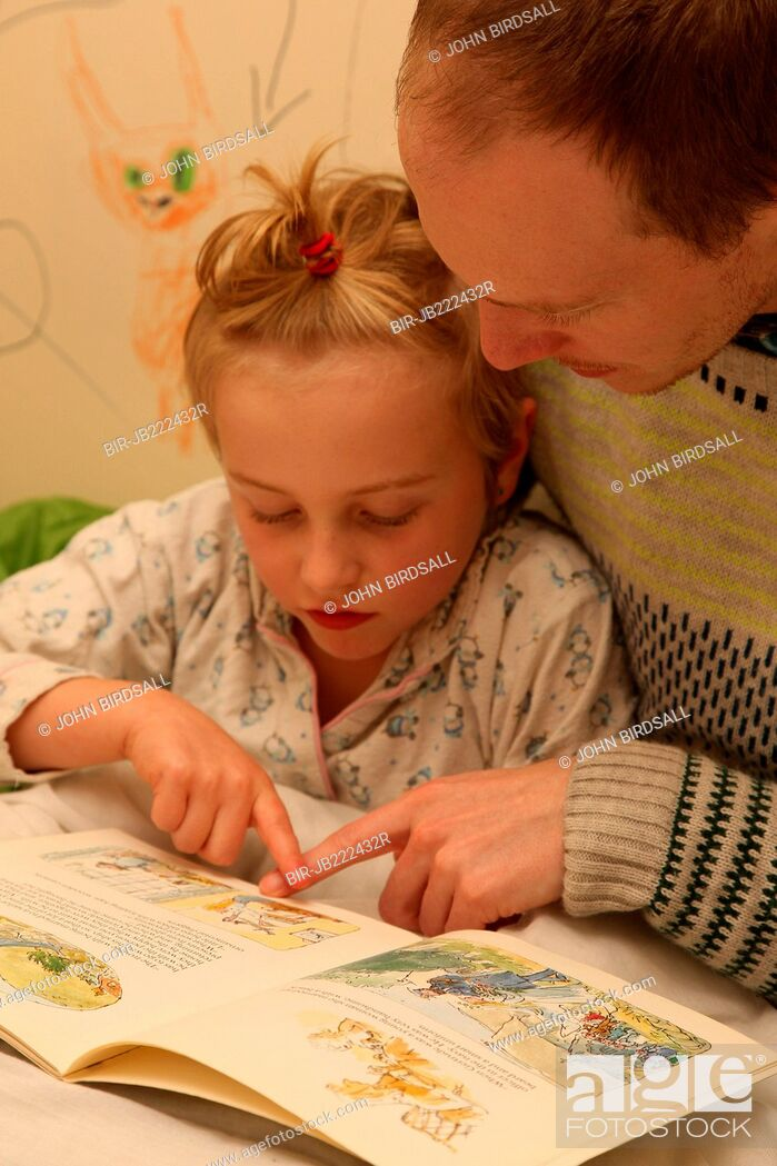 Imagen: Father reading to daughter at bedtime.