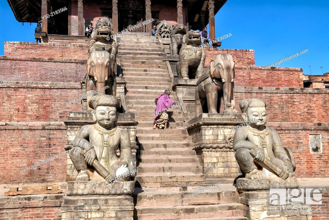 Imagen: single old woman climbing stairs of Nyatapola Pagoda - UNESCO World Heritage, Taumadhi Square, Bhaktapur, Kathmandu Valley, Nepal.