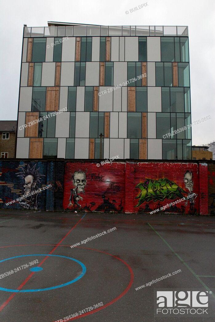 Imagen: Modern artwork in recreation area surrounding a regenerated area of Lambeth, South London, UK.