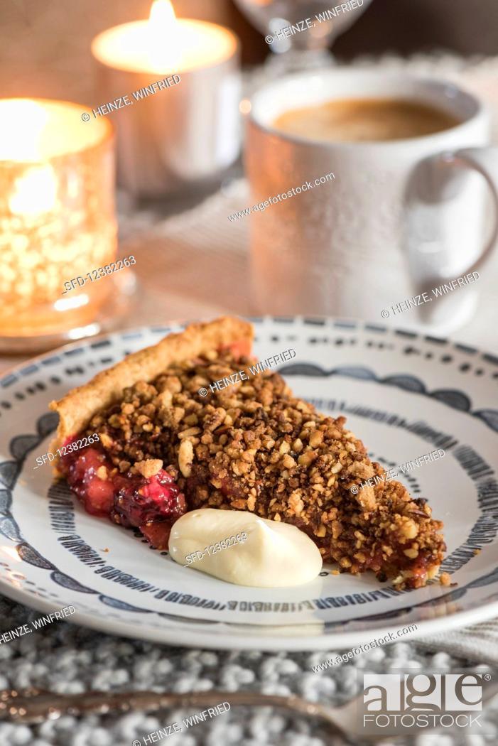 Imagen: Winter-fruit crumble tart with cardamom custard.