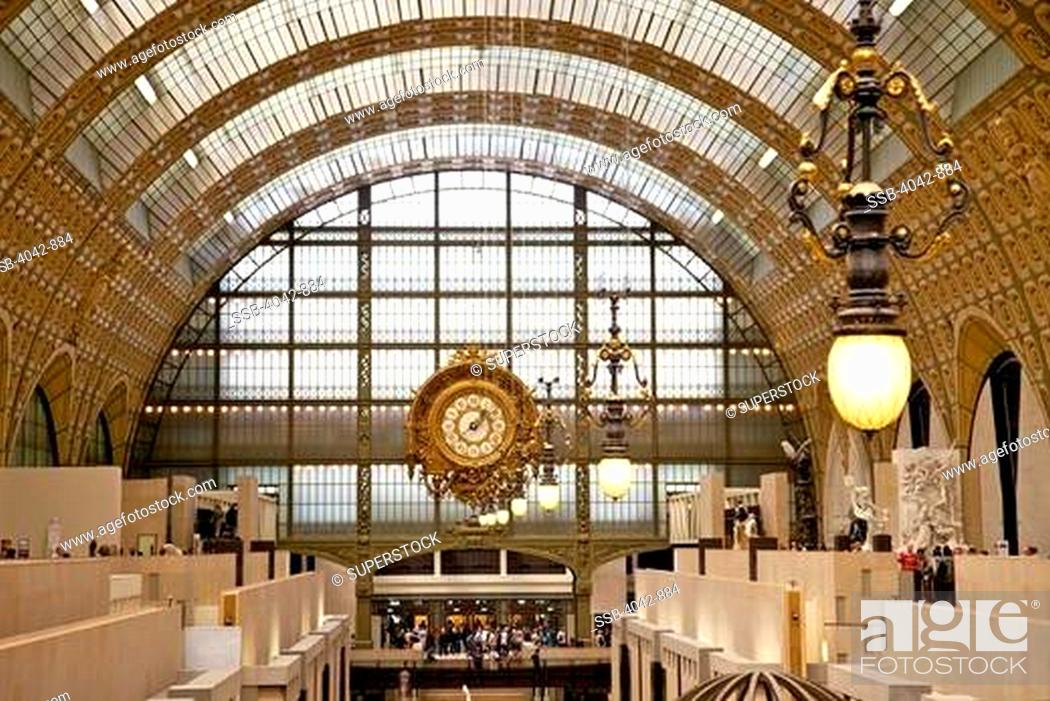 Imagen: Great Hall and old railway station clock in a museum, Musee d'Orsay, Paris, France.