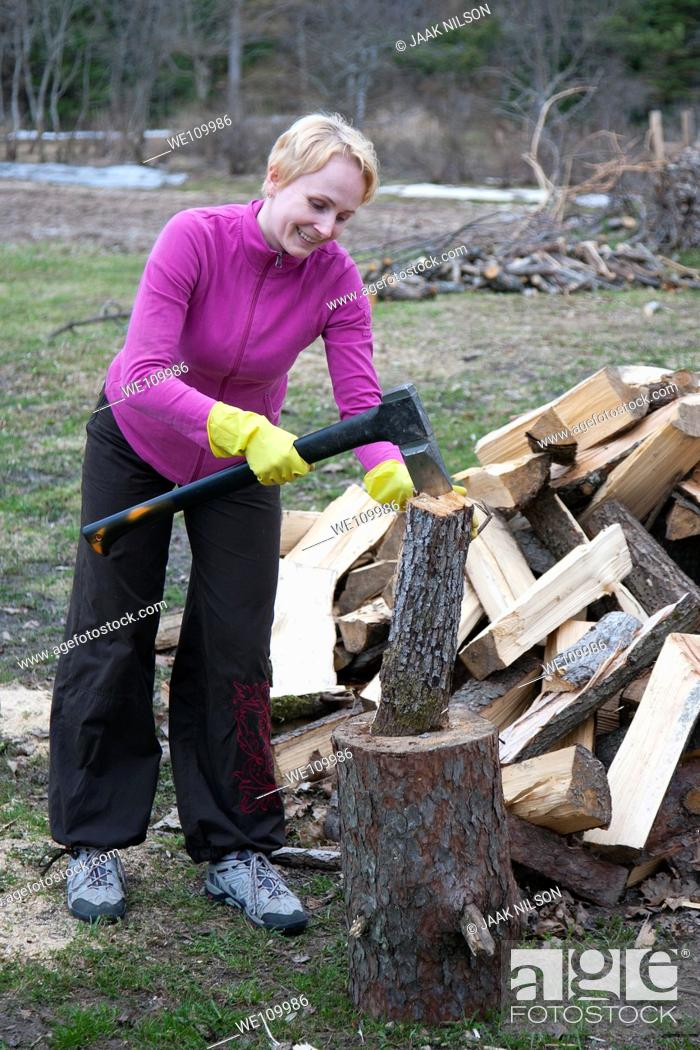 Imagen: Caucasian Woman Slipping and Chopping Firewood Using Axe.