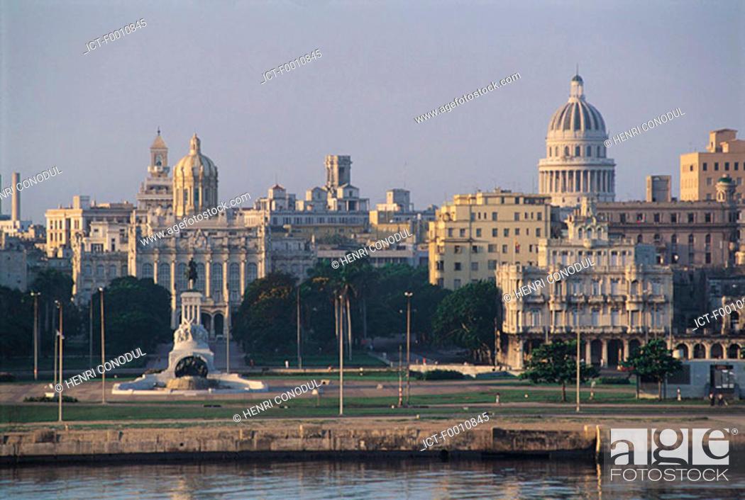 Stock Photo: La Havana, Capitol, Marty memorial.